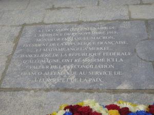 Clairière de l'Armistice-La plaque du centenaire en français et en allemand